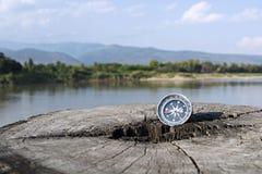 Het kompas met reis/Verspilde tijdreis vereist een kompas Aan stock foto