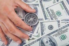 Het Kompas van de handholding op ons Munt Stock Foto's