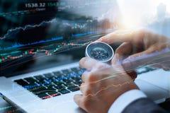 Het kompas van de zakenmanholding in handen, en gegevens stock fotografie