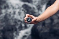 Het Kompas van Searching Direction With van de vrouwenontdekkingsreiziger in Watervallen, P stock fotografie