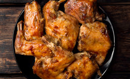 Het konijn in een oven in rode saus wordt gebakken die Royalty-vrije Stock Foto