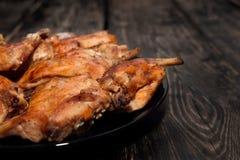 Het konijn in een oven in rode saus wordt gebakken die Royalty-vrije Stock Foto's