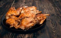 Het konijn in een oven in rode saus wordt gebakken die Royalty-vrije Stock Afbeeldingen