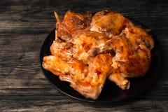 Het konijn in een oven in rode saus wordt gebakken die Royalty-vrije Stock Afbeelding