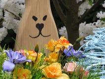 Het konijn en de lentebloemenboeket van Pasen stock fotografie