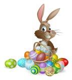 Het konijn van de paashaas met Paaseierenmand Stock Afbeelding