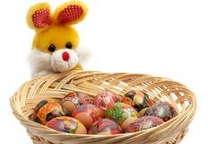 Het konijn van Pasen met mand van paaseieren Stock Foto