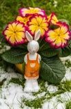 Het konijn van Pasen in sneeuw die op oostelijk wachten Royalty-vrije Stock Fotografie