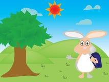 Het konijn zette de zak op schouder op stock fotografie
