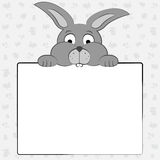 Het konijntje houdt een blad van document Royalty-vrije Stock Foto's