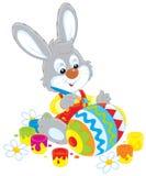 Het konijntje schildert een paasei Stock Afbeeldingen