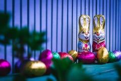 Het konijntje van chocoladepasen het verbergen op het balkon stock foto