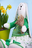 Het konijntje van de Tildalente met narcissen stock fotografie
