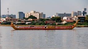 Het koninklijke Lied Suban van Aaknarai HM Rama IX van Thailand in Generale repetitie voor Koninklijke Aakoptocht op Chao Phraya Royalty-vrije Stock Foto's
