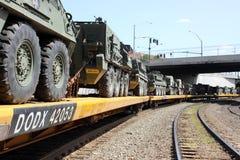 Het Konvooi van de spoorweg van militaire voertuigen. stock foto
