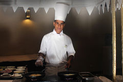 Het kooktoestel kookt gebraden eieren en een omelet Royalty-vrije Stock Foto