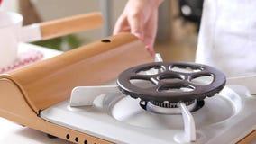 Het kooktoestel van het keukengas met het branden van het gas van het brandpropaan royalty-vrije stock afbeelding