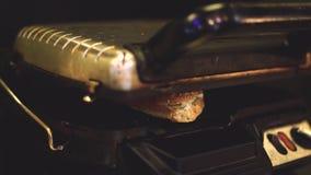 Het kooktoestel zet een vers gemaakte sandwich op de elektrische grill, schakelt en wacht op gedurende enkele minuten het voorber stock footage