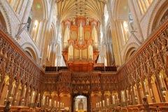 Het koor binnen de Kathedraal met kluizen, kolommen en houten gravures royalty-vrije stock foto