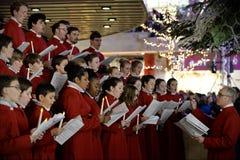 Het koor voert Kerstmishymnes uit Stock Foto's