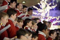 Het koor voert Kerstmishymnes uit Stock Afbeeldingen
