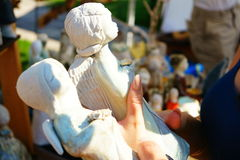 Het kopen van beeldjes van engelen Stock Afbeeldingen