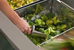 Het kopen van bevroren groenten Stock Fotografie
