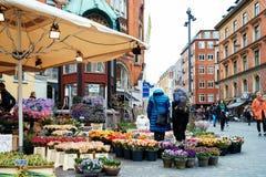 Het kopen van Bloemen in Gråbrødre Torv in Copenhavn Stock Foto
