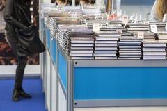 Het kopen van boeken bij boekmarkt stock foto's