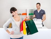 Het kopen van de klant kleren in winkel Royalty-vrije Stock Foto