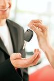 Het kopen van de mens auto - sleutel die wordt gegeven Stock Foto
