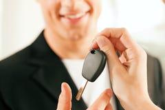 Het kopen van de mens auto - sleutel die wordt gegeven Royalty-vrije Stock Fotografie