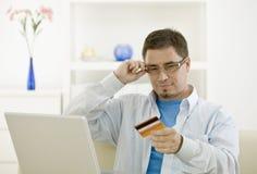 Het kopen van de mens door creditcard Stock Fotografie