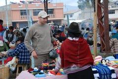 Het kopen van de toerist herinneringen in een markt in Ecuador Stock Foto