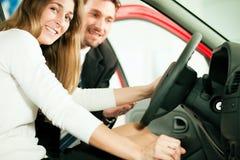 Het kopen van de vrouw auto van winkelbediende Royalty-vrije Stock Foto's