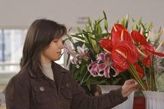 Het kopen van de vrouw bloemen Stock Foto's