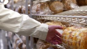 Het kopen van de vrouw brood stock footage