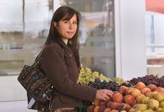 Het kopen van de vrouw vruchten Royalty-vrije Stock Foto's