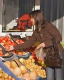 Het kopen van de vrouw vruchten Royalty-vrije Stock Fotografie