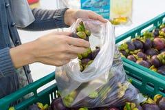 Het kopen van fruit bij supermarkt Stock Fotografie