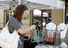Het kopen van het meisje juwelen stock foto's
