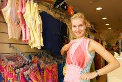 Het kopen van het meisje kleren Royalty-vrije Stock Afbeeldingen