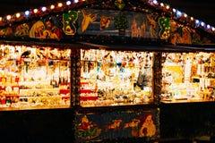 Het kopen van Kerstmisspeelgoed in Kerstmismarkt van Straatsburg Stock Foto
