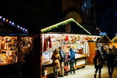 Het kopen van Kerstmisspeelgoed in Kerstmismarkt van Straatsburg Royalty-vrije Stock Foto's