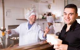 Het kopen van snel voedsel bij koffie Stock Afbeelding