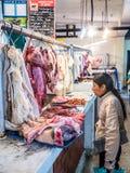 Het kopen van Vlees op de Markt royalty-vrije stock afbeeldingen