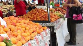 Het kopen van Vruchten bij Traditionele Markt stock footage