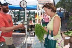 Het kopen Veggies van Landbouwer bij de Markt van de Landbouwer Royalty-vrije Stock Afbeeldingen