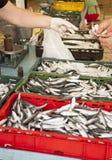 Het kopen verse vissen op markt, vroege ochtend stock foto's
