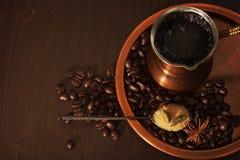 Het koper voor het maken van Turkse koffie met kruidenkoffie die is wordt geplaatst klaar om worden gediend Royalty-vrije Stock Foto's